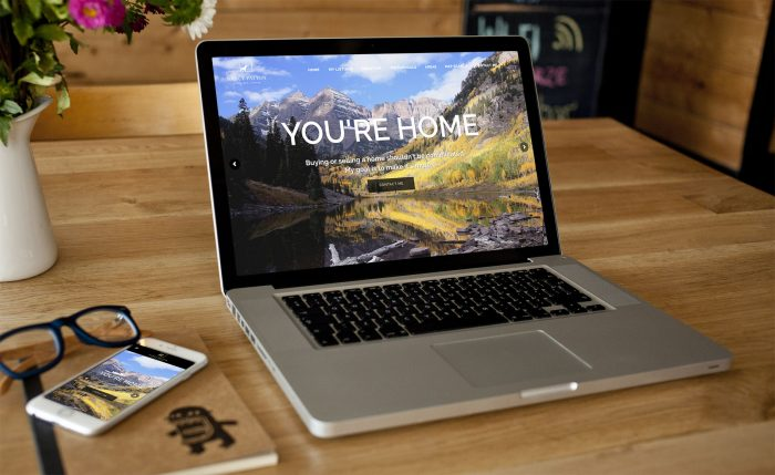 Laptop ukazujúci webstránku realitnej agentúry vytvorenú firmou IdeaMarketing.sk