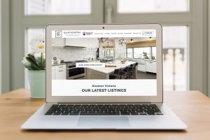 Laptop ukazujúci webstránku realitného agenta vytvorenú firmou IdeaMarketing.sk