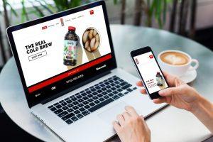Laptop a mobil znázorňujúci responzívnu webstránku eshopu organickej kávy vytvorenú firmou IdeaMarketing.sk