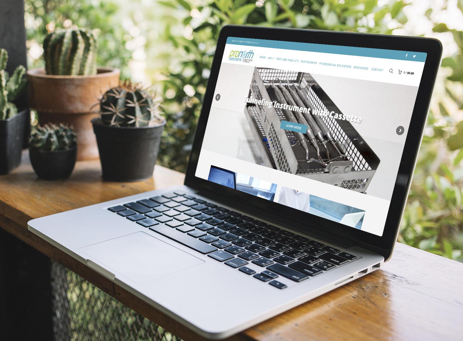 Laptop ukazujúci webstránku ProNorth vytvorenú firmou IdeaMarketing.sk