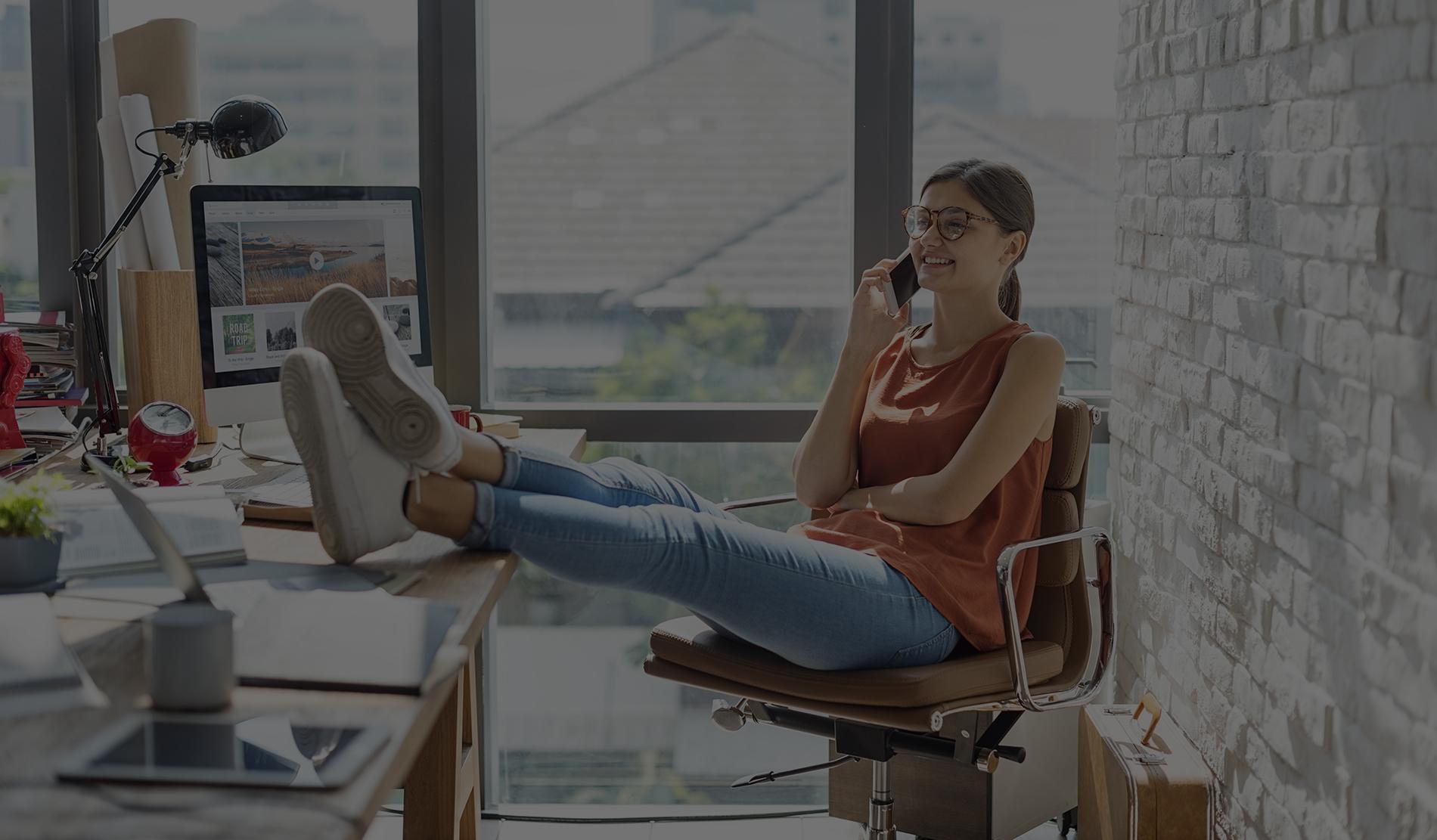Biznis žena pri telefonáte ohľadne tvorby webstránky